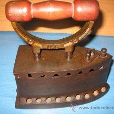 Antigüedades: PLANCHA DE CARBON ANTIGUA. Lote 32200554