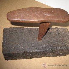 Antigüedades: HORMA METALICA ANTIGUA O YUNQUE DE ZAPATERO, SOBRE PEANA DE MADERA.. Lote 32232290