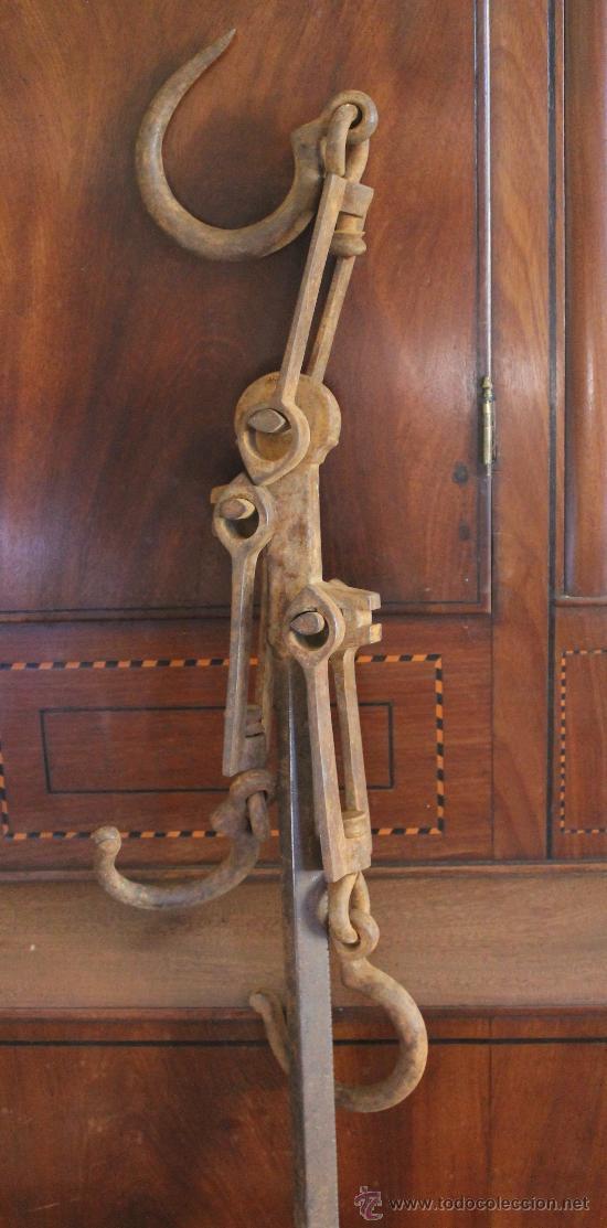 Antigüedades: MAGNIFICA Y ENORME BALANZA ROMANA ANTIGUA DE TRES GANCHOS - SIN PILON - 103 CM - 5,550 KILOS - Foto 2 - 32302790