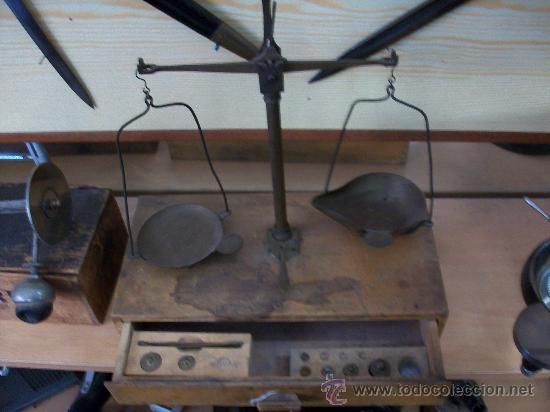 ANTIGUA BALANZA CON ALGUNAS PESAS (Antigüedades - Técnicas - Medidas de Peso - Balanzas Antiguas)