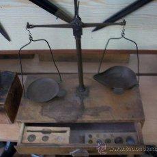 Antigüedades: ANTIGUA BALANZA CON ALGUNAS PESAS. Lote 32436244