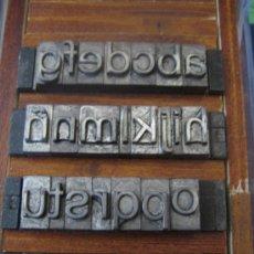 Antigüedades: LETRAS DE IMPRENTA DE PLOMO - ABECEDARIO MINUSCULA 28 FOLIO REDONDA - 27 PIEZAS. Lote 32457134