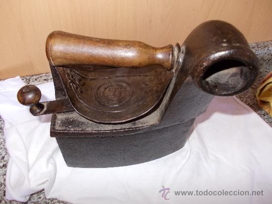 PLANCHA ANTIGUA DE HIERRO CON CRUZ GAMADA (Antigüedades - Técnicas - Planchas Antiguas - Carbón)