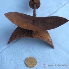 Antigüedades: ANTIGUA HERRAMIENTA EN FORJA CON MANGO DE MADERA Y DOBLE MEDIA LUNA. Lote 32485090