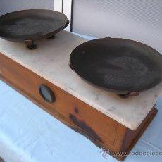 Antigüedades: ANTIGUO PESO BALANZA DE PLATOS CON CAJA DE MADERA Y SOBRE DE MARMOL. Lote 32614446
