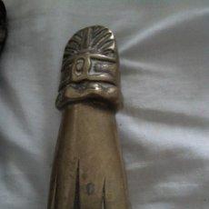 Antigüedades: ANTIGUO LLAMADO EN BRONCE MANO CON BOLA. Lote 32744414