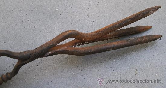 Antigüedades: antiguo aparato para ondular pelo, hierro con mangos de madera y laton (29,5cm aprox) - Foto 3 - 32875629