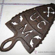 Antigüedades: APOYA PLANCHA ANTIGUO DE LA UNION CERRAJERA DE MONDRAGON.. Lote 32939456