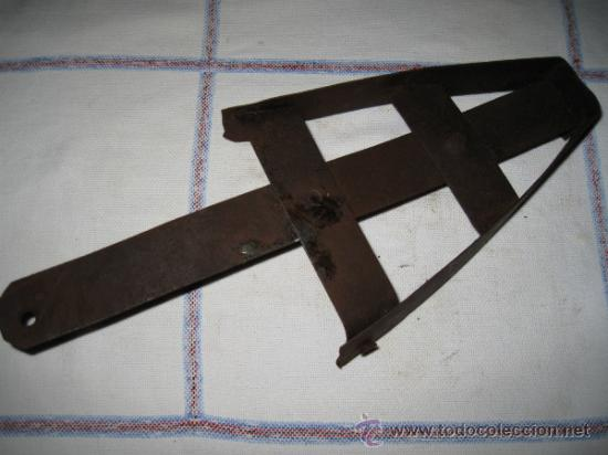 APOYA PLANCHA ANTIGUO EN HIERRO. (Antigüedades - Técnicas - Planchas Antiguas - Varios)