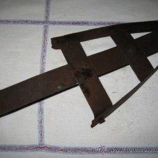 Antigüedades: APOYA PLANCHA ANTIGUO EN HIERRO.. Lote 32939485