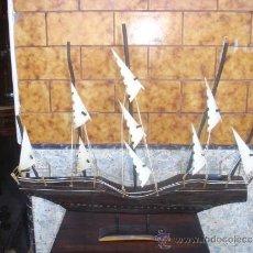 Antigüedades: BARCO MADERA DE PALO SANTO Y VELAS DE ASTA DE TORO. Lote 32955267