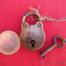 Antiquités: ANTIGUO CANDADO DE BRONCE PEQUEÑO TAMAÑO, CON LLAVE ORIGINAL.. Lote 33400008