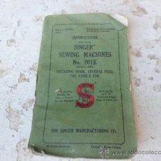 Antiquités: LIBRO MANUAL DE INSTRUCCIONES MAQUINA DE COSER SINGER Nº 201K EN INGLES L-2186. Lote 33403982