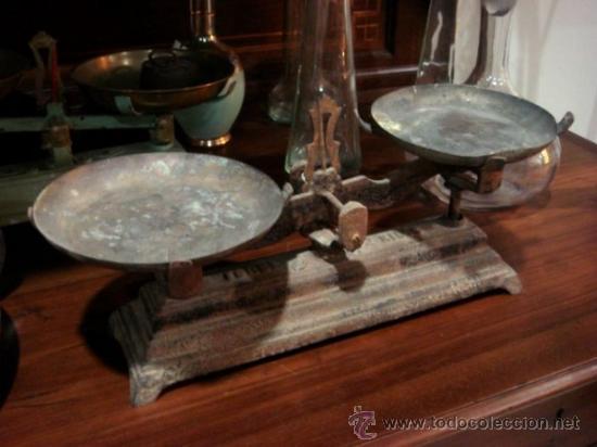 ANTIGUA BALANZA DE HIERRO CON PLATOS DE METAL DORDO (Antigüedades - Técnicas - Medidas de Peso - Balanzas Antiguas)
