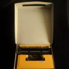 Antigüedades: MAQUINA PORTATIL MERCEDES.AMARILLA 33X32X9. Lote 33482324