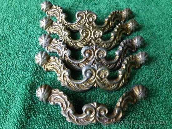 CONJUNTO DE 5 TIRADORES DE METAL CON BONITA CENEFA BARROCA (Antigüedades - Técnicas - Cerrajería y Forja - Tiradores Antiguos)