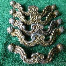Antigüedades: CONJUNTO DE 5 TIRADORES DE METAL CON BONITA CENEFA BARROCA. Lote 33636627