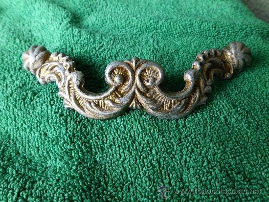 Antigüedades: Conjunto de 5 tiradores de metal con bonita cenefa barroca - Foto 4 - 33636627