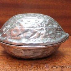 Antigüedades: ANTIGUO ORIGINAL CASCANUECES DE SOBREMESA EN METAL PLATEADO CON FORMA DE NUEZ - UTIL Y DECORATIVO. Lote 33773289