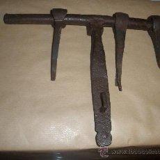 Antigüedades: CERROJO EN HIERRO FORJADO SIGLO XVIII CON TRES CLAVOS 24 X 16,6 CM. Lote 34101387