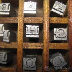Antigüedades: CAJITA LETRAS DE IMPRENTA DE 40 APARTADOS - 24 VOLTA VERSALES. Lote 34164833