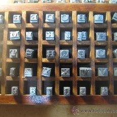Antigüedades: CAJITA LETRAS DE IMPRENTA DE 40 APARTADOS - 24 VOLTA VERSALES. Lote 34164886