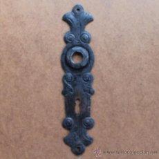 Antigüedades: ANTIGUO BOCALLAVE PUERTA HIERRO FORJA SIGLO XIX – BOCALLAVES EMBELLECEDOR PARA PUERTA - 26 CM. Lote 34567230