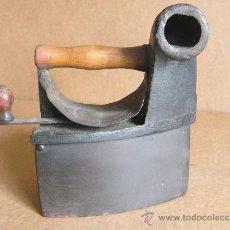Antigüedades: PLANCHA ANTIGUA DE CARBON CON CHIMENEA. Lote 34626675