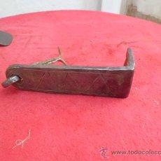 Antigüedades: ANTIGUO Y PEQUEÑO PESTILLO DE FORJA CINCELADO CON CLAVO P-1. Lote 34748704