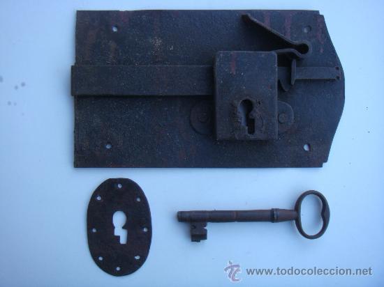 ANTIGUA CERRADURA DE FORJA, CON LLAVE Y BOCALLAVE. MEDIDAS 23,5 X 13,5 CENTÍMETROS. FUNCIONA (Antigüedades - Técnicas - Cerrajería y Forja - Cerraduras Antiguas)