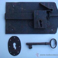 Antigüedades: ANTIGUA CERRADURA DE FORJA, CON LLAVE Y BOCALLAVE. MEDIDAS 23,5 X 13,5 CENTÍMETROS. FUNCIONA. Lote 34924402