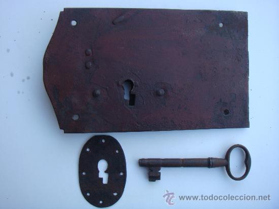 Antigüedades: Antigua cerradura de forja, con llave y bocallave. Medidas 23,5 X 13,5 centímetros. Funciona - Foto 2 - 34924402