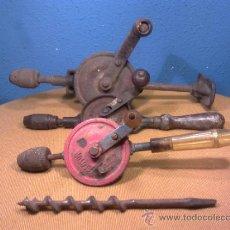 Antigüedades: 3 TALADROS ANTIGUOS DE DISTINTAS MARCAS Y TAMAÑO MAS 2 BROCAS - UNO STANLEY. Lote 35220101