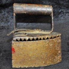 Antigüedades: ANTIGUA PLANACHA A CARBON CONFECCIONADA EN HIERRO Y MANGO EN MADERA. MUY ORIGINAL, PLANCHA. Lote 35537055