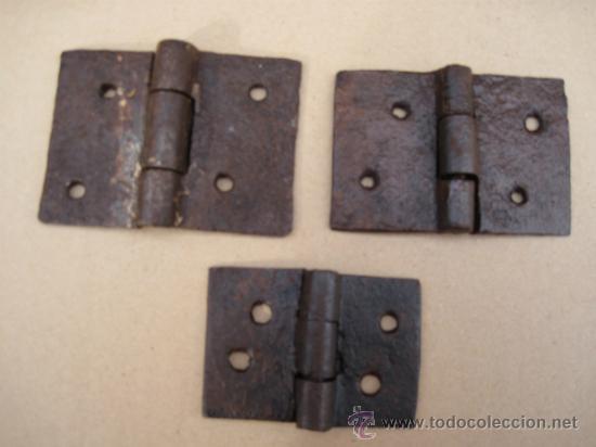 LOTE DE TRES GRUESAS BISAGRAS ANTIGUAS DE FORJA - S/ XVII-XVIII- (Antigüedades - Técnicas - Cerrajería y Forja - Bisagras Antiguas)