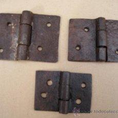 Antigüedades: LOTE DE TRES GRUESAS BISAGRAS ANTIGUAS DE FORJA - S/ XVII-XVIII-. Lote 35437097