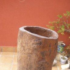 Antigüedades: ANTIGUO RECIPIENTE DE MADERA. UN TRONCO DE MADERA VACIADO, CON BASE.. Lote 36091795