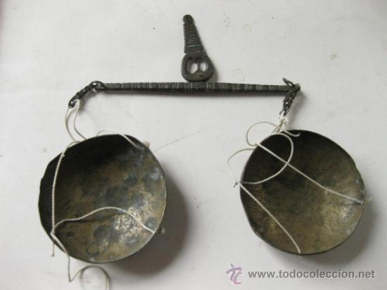 PEQUEÑA BALANZA ANTIGUA TRABAJADA CON SUS PLATOS (Antigüedades - Técnicas - Medidas de Peso - Balanzas Antiguas)