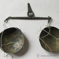 Antigüedades: PEQUEÑA BALANZA ANTIGUA TRABAJADA CON SUS PLATOS. Lote 36106343
