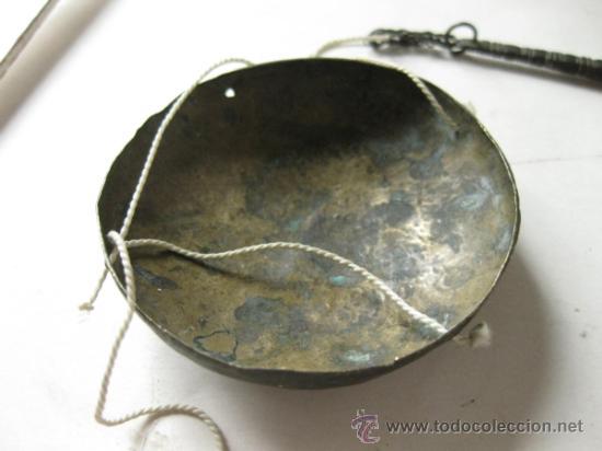 Antigüedades: PEQUEÑA BALANZA ANTIGUA TRABAJADA CON SUS PLATOS - Foto 4 - 36106343