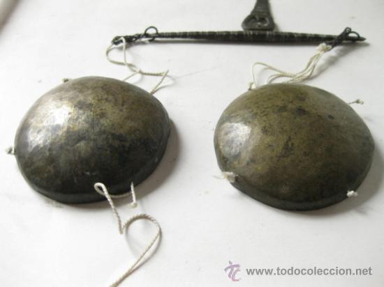 Antigüedades: PEQUEÑA BALANZA ANTIGUA TRABAJADA CON SUS PLATOS - Foto 5 - 36106343