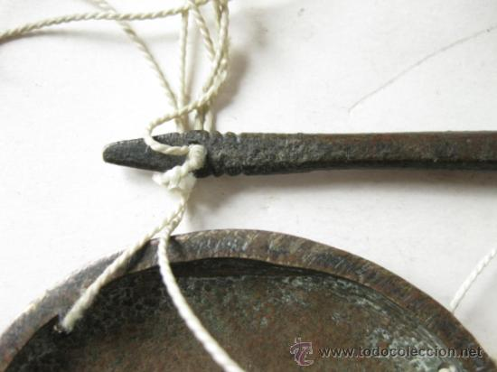 Antigüedades: PEQUEÑA BALANZA ANTIGUA DE BRONCE CON SUS PLATOS - Foto 4 - 36106459
