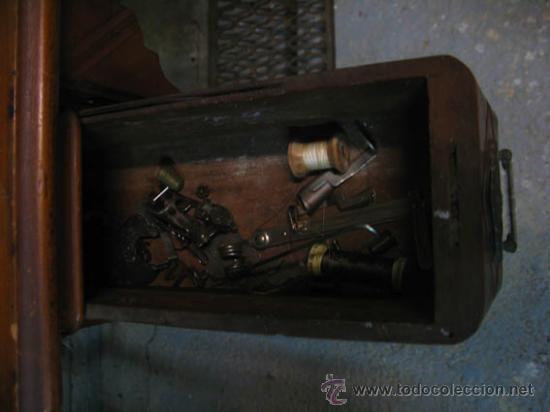 Antigüedades: Antigua maquina de coser Singer con tapa original con lateral extensible, 2 cajones y complementos. - Foto 13 - 36249895