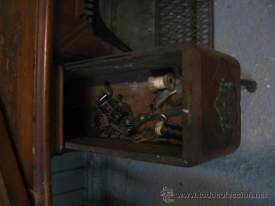 Antigüedades: Antigua maquina de coser Singer con tapa original con lateral extensible, 2 cajones y complementos. - Foto 14 - 36249895