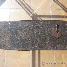 Antigüedades: GAN CERRADURA DE HIERRO, SIN LLAVE. 40CM X 15CM X 5,5CM (SIN EL PASADOR). Lote 36286613