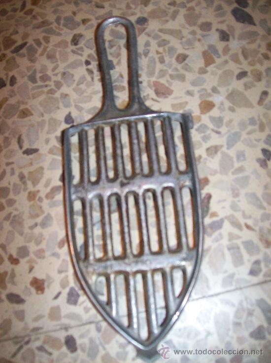 ANTIGUO REPOSA PLANCHAS/SOPORTE PLANCHA EN ALUMINIO. (Antigüedades - Técnicas - Planchas Antiguas - Varios)