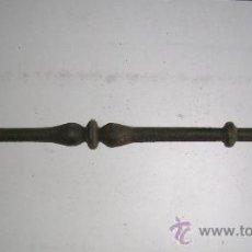 Antigüedades - BARROTE DE DOBLE PERA ANTIGUO FUNDIDO. REPASADO MANO.:LARGO 90 x 5 Cm DIAMETRO. - 130812391