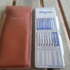 Antigüedades: CALCULADORA MANUAL KINGSON POCKET CALCULATOR CON FUNDA. Lote 36464742