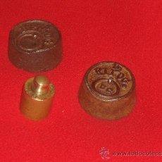 Antigüedades: TRES ANTIGUAS PESAS. Lote 36522384