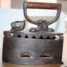 Antigüedades: RARA PLANCHA DE CARBON PORTUGUESA CON GALLO EN EL CIERRE MARCADA CON UNA Z RESTAURADA ACABADA EN CER. Lote 36768967